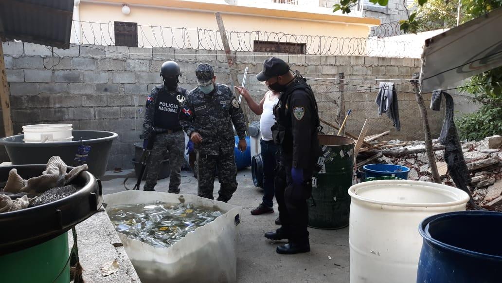 En Santiago, Policía Nacional y Ministerio Público incautan en allanamiento miles de botellas que utilizarían para envasar ronadulterado