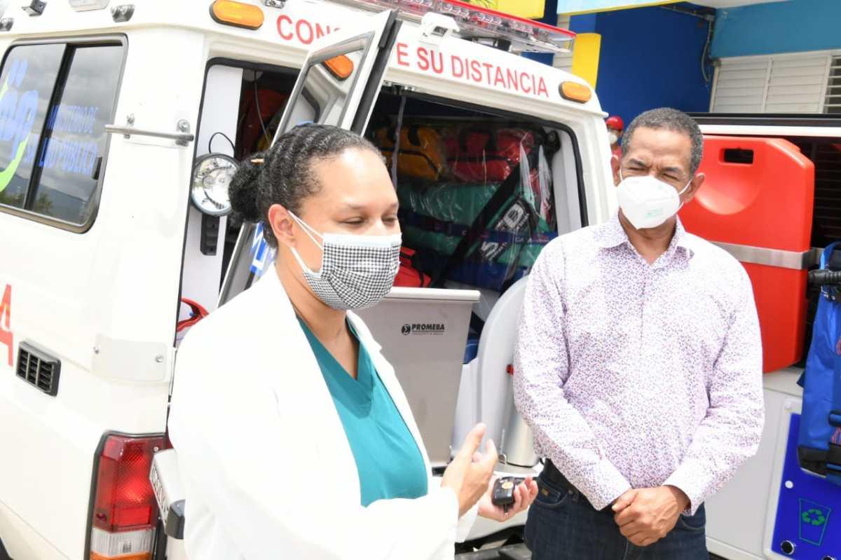 Entregan tres ambulancias más para trasladar pacientes afectados por el COVID-19 enSantiago