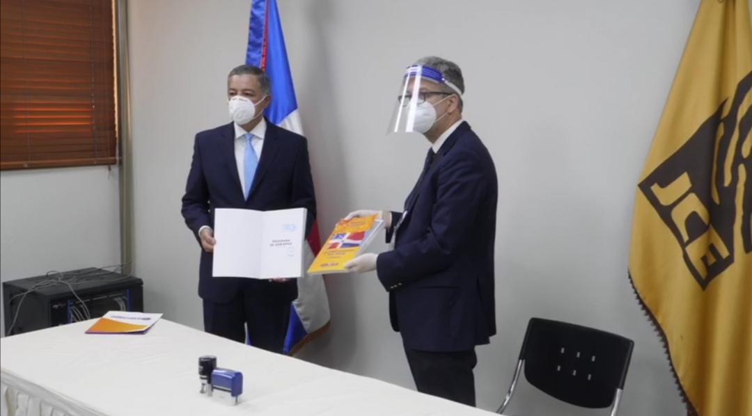 GONZALO CASTILLO ENTREGA PROGRAMA DE GOBIERNO PARA EL PERÍODO 2020-2024 A LA JUNTA CENTRALELECTORAL
