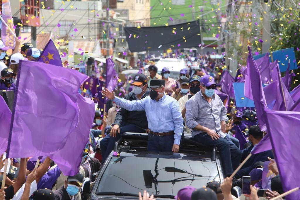 Danilo Medina y Gonzálo Castillo encabezan multitudinaria caravana enSantiago