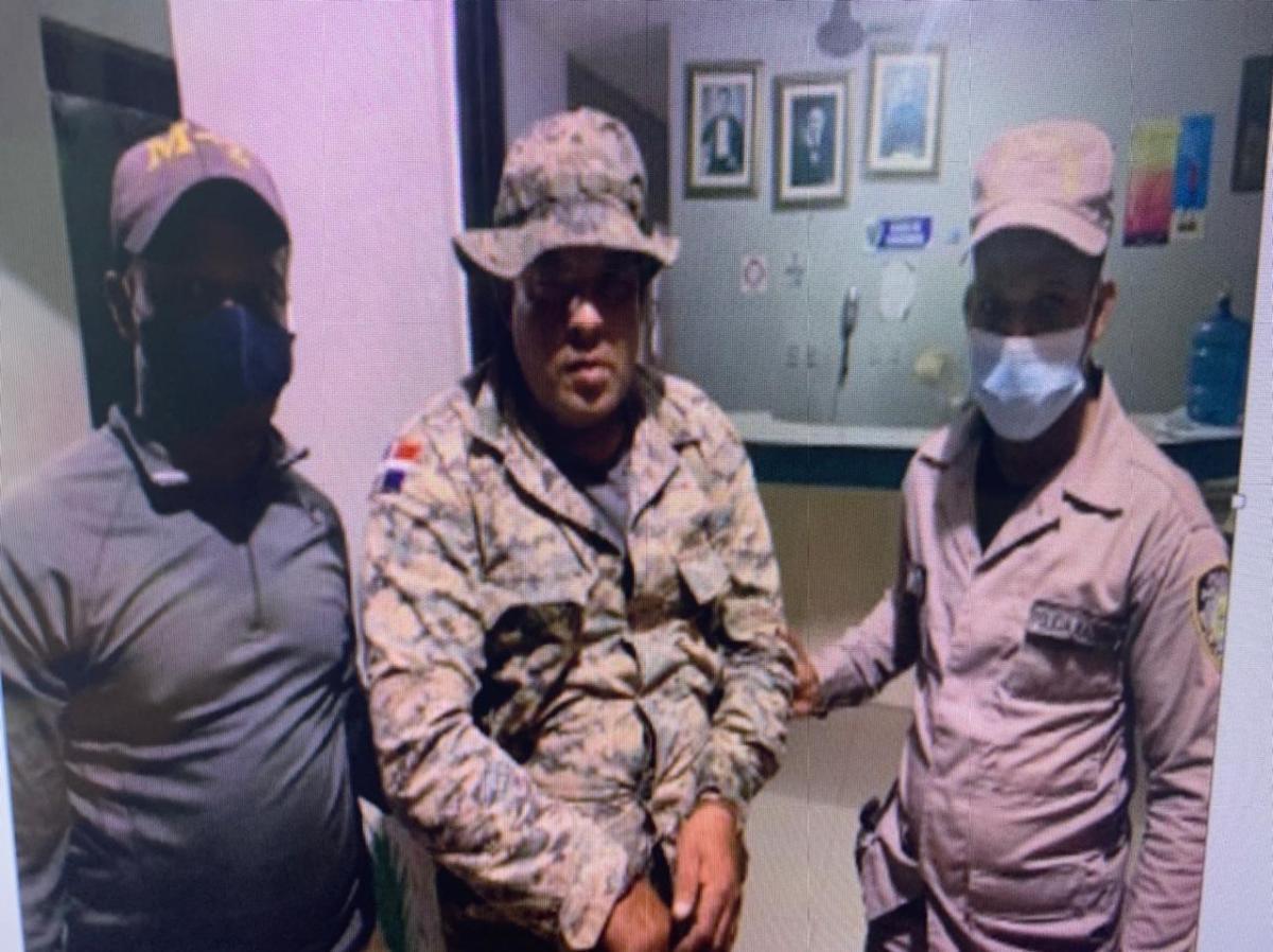Apresan hombre que uniformado se hacía pasar pormilitar