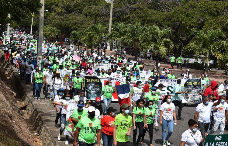 Miles de Serranos desafían calor y marchan contra la presa de Las Placetas