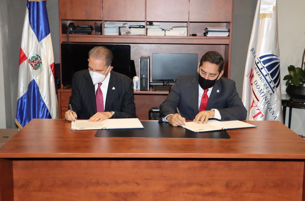 Ministerio de Educación Superior firma acuerdo con el Consulado dominicano en NuevaYork.